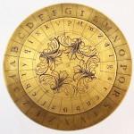 """Disco cifrante (1460). Il mirabile regolo circolare esposto è descritto nel """"De Cifris"""" del genio rinascimentale L. B. Alberti, matematico, architetto e teorico della prospettiva."""